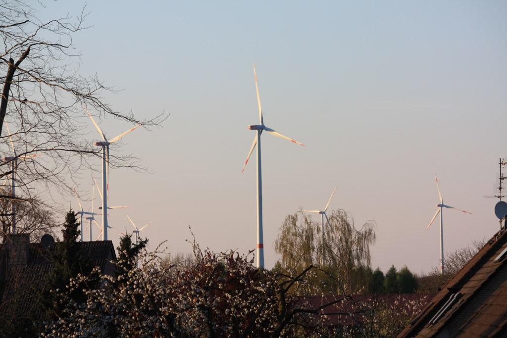 Weitere Windräder werden gerade noch gebaut (Stand: 18.04.2015) [Foto: Bastian Schlößer]