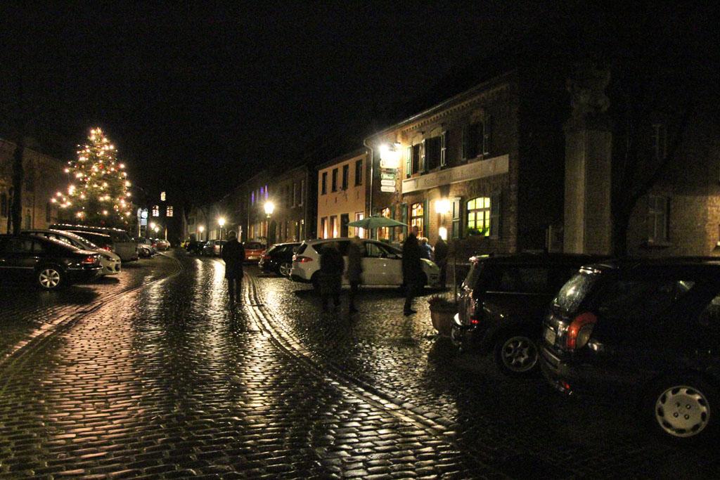 Auch dieses Jahr sorgt der MGV Quartettverein Königshoven wieder für die vorweihnachtliche musikalische Untermalung beim Öffnen des Adventstürchens in Alt-Kaster. [Foto: Birgit Speuser]