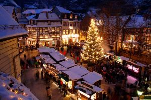 Für das richtige vorweihnachtliche Ambiente sorgt der Königshovener Quartettverein während einer Vorabendmesse in Bad Münstereifel.