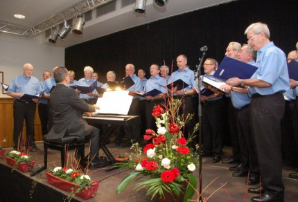 Vom Keyboard aus dirigiert Sergio Ruetsch seine Sänger des Quartettvereins Königshoven zur Eröffnung des Neujahrsempfangs 2013 im Rittersaal des Bedburger Schlosses.
