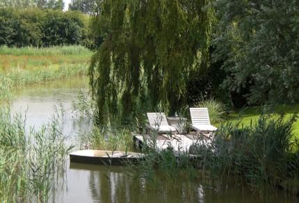 Zwei Liegestühle, die am privaten Bootssteg in den Niederlanden bereits reserviert sind. [Foto: Willi Schlößer]