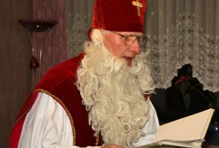 Nikolaus Hans-Jürgen Hackbarth während des Vortrags aus seinem goldenen Buch mit Chorinterna aus Proben und Auftritten. [Foto: Bastian Schlößer]