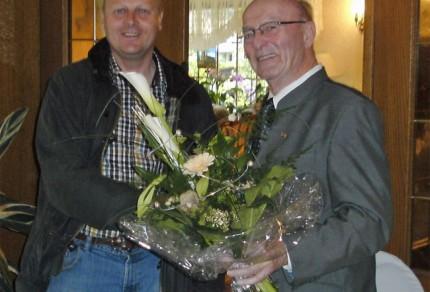 1. Vorsitzender Manfred Speuser überreicht das Blumengebinde an Ortsbürgermeister Willy Moll zum 75. Geburtstag. [Foto: Düster]