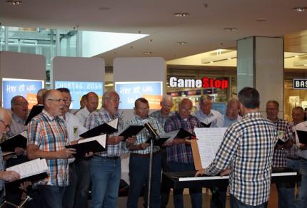 Der MGV Quartettverein 1930 Königshoven e. V. beim Chortag 2014 im Einkaufszentrum Hürth-Park mit Chorleiter Sergio A. Ruetsch am Keyboard. [Foto: Bastian Schlößer]