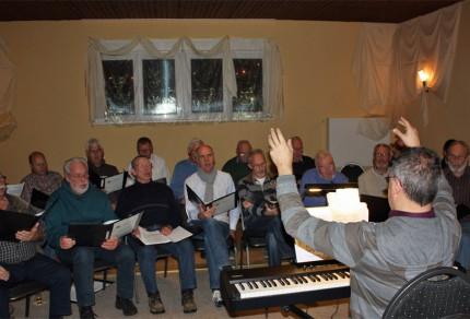 Sichtlich viel Spass hatten die Königshovener Sänger mit ihrem Chorleiter Sergio Ruetsch bei der ersten öffentlichen Chorprobe. [Foto: Bastian Schlößer]