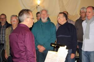 Lockerungs- und Atemübungen zu Beginn der Chorprobe unter Anleitung von Chorleiter Sergio Ruetsch. [Foto: Bastian Schlößer]