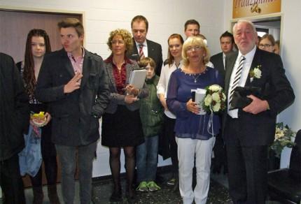 Das Brautpaar Willibert & Tine Düster vereint mit ihrer Verwandtschaft im Kaserer Rathaus nach der Trauung. [Foto: Heinz Bodewein]