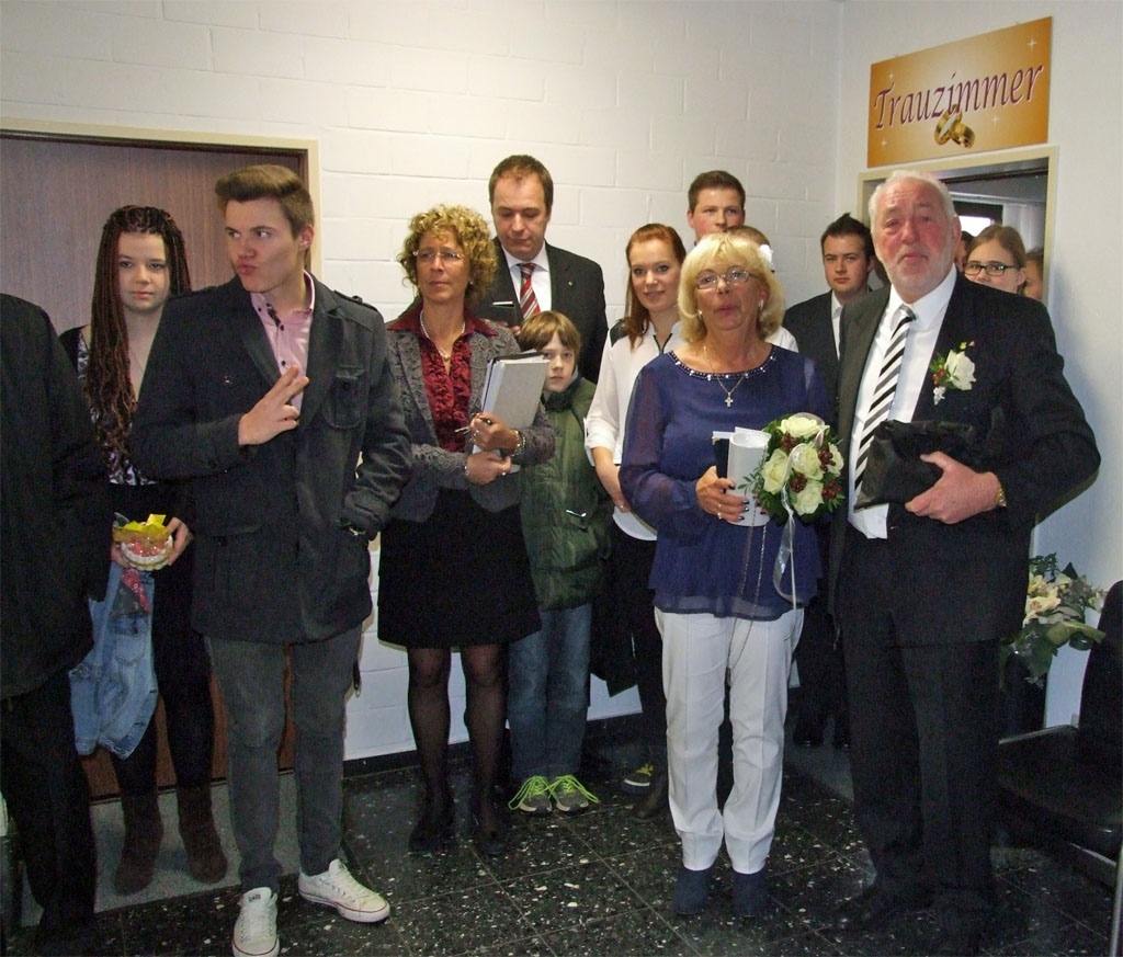 Das Brautpaar Willibert & Tine Düster vereint mit der Verwandtschaft im Kasterer Rathaus nach der Trauung.