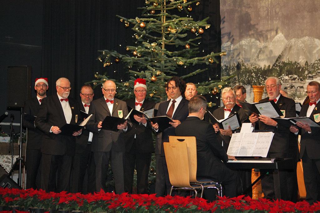 """Der MGV Quartettverein 1930 Königshoven e. V. bei der Weihnachtsfeier von """"Haus & Grund Kerpen"""" in Kerpen-Türnich. [Foto: Bastian Schlößer]"""