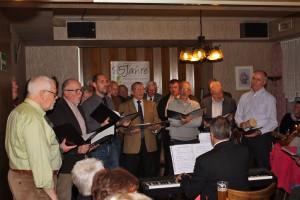 Die Königshovener Sänger beim Vortrag der Weihnachtslieder.