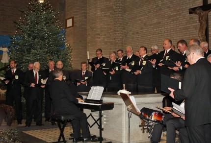 Der MGV Quartettverein 1930 Königshoven e. V. gestaltete mit seinen Liedbeiträgen das diesjährige Advents- und Weihnachtskonzert in Königshoven. [Foto: Bastian Schlößer]