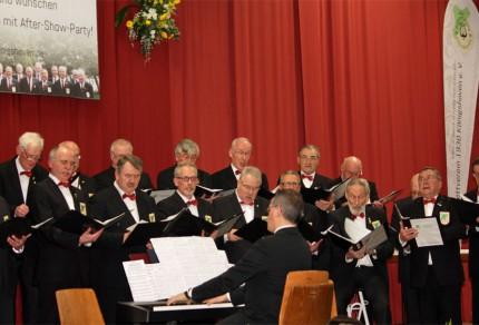 Der MGV Quartettverein 1930 Konigshoven e. V. auf der Bühne bei der musikalischen Gestaltung des Festprogramms unter Dirigat von Chorleiter Sergio Ruetsch. [Foto: Bastian Schlößer]