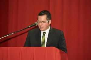 """Bürgermeister der Stadt Bedburg, Sascha Solbach, stellte fest, wie """"We have a dream"""" von Sängern gesungen wird, die wirklich singen können! [Foto: Bastian Schlößer]"""