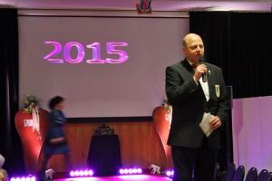 1. Vorsitzender Manfred Speuser bei der Anmoderation der Liedbeiträge auf dem Laufsteg. [Foto: Bastian Schlößer]