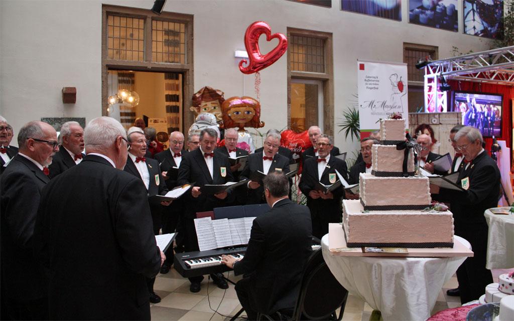 Die Königshovener Sänger waren mit einem eigenen Messestand während der 3. Hochzeitsmesse auf Schloss Bedburg vertreten und gaben auch musikalische Kostproben. [Foto: Bastian Schlößer]