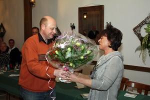 1. Vorsitzender Manfred Speuser überreicht ein kleines Geschenk mit Blumenstrauß an die Chefin des Hauses, Frau Wacker, vom Kirdorfer Hof.