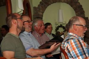 Die Tenöre sangen um ihr Leben - voller Einsatz für die Chorprobe.