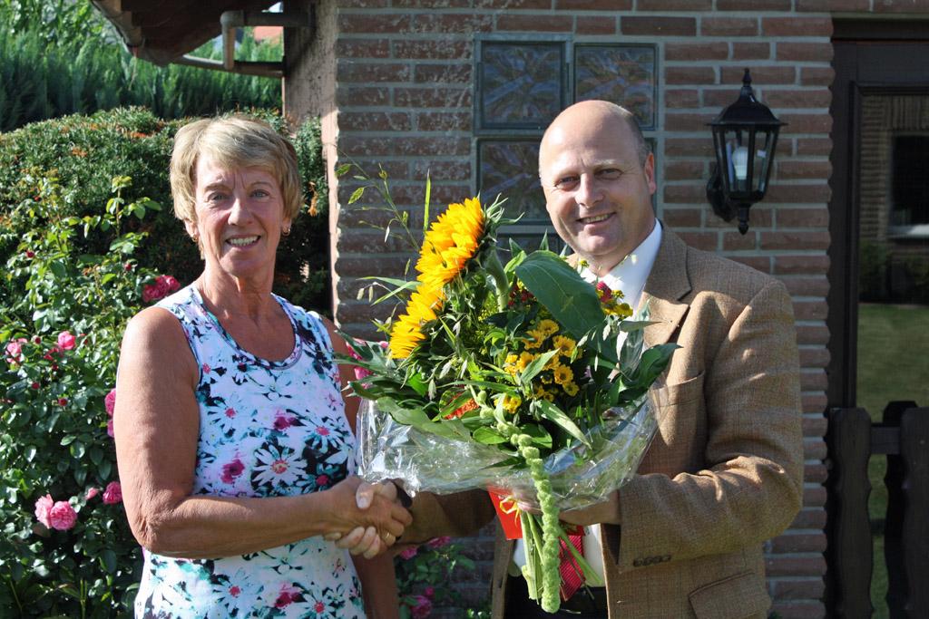 Manfred Speuser gratuliert Hannelore Lindemann als hundertstes Fördermitglied des MGV Quartettverein 1930 Königshoven e. V. [Foto: Bastian Schlößer]