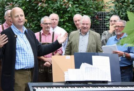 Manfrd Speuser, 1. Vorsitzender des MGV Quartettverein Königshoven, freute sich über die Ständchen seiner Sangesbrüder zum 50. Geburtstag. [Fotos: Bastian Schlößer]