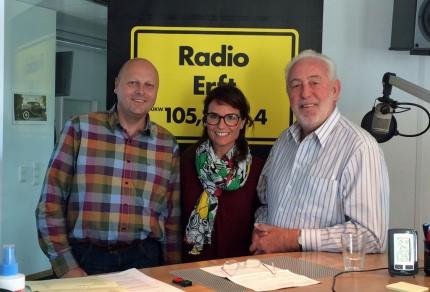 Manfred Speuser (1. Vorsitzender) und Willibert Düster (Geschäftsführer) im Radio-Erft Studio mit Moderatorin Kati Ulrich. [Foto: © Radio Erft]