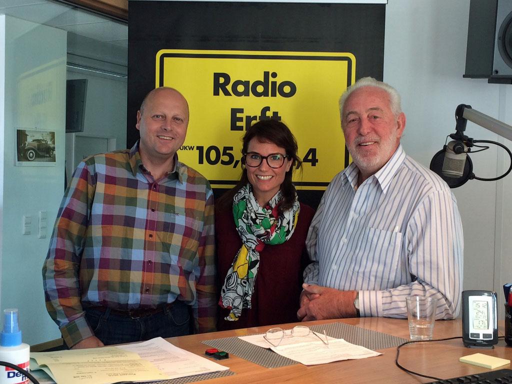 Manfred Speuser (1. Vorsitzender) und Willibert Düster (Geschäftsführer) im Radio Erft Studio mit Moderatorin Kati Ulrich. [Foto: © Radio Erft]