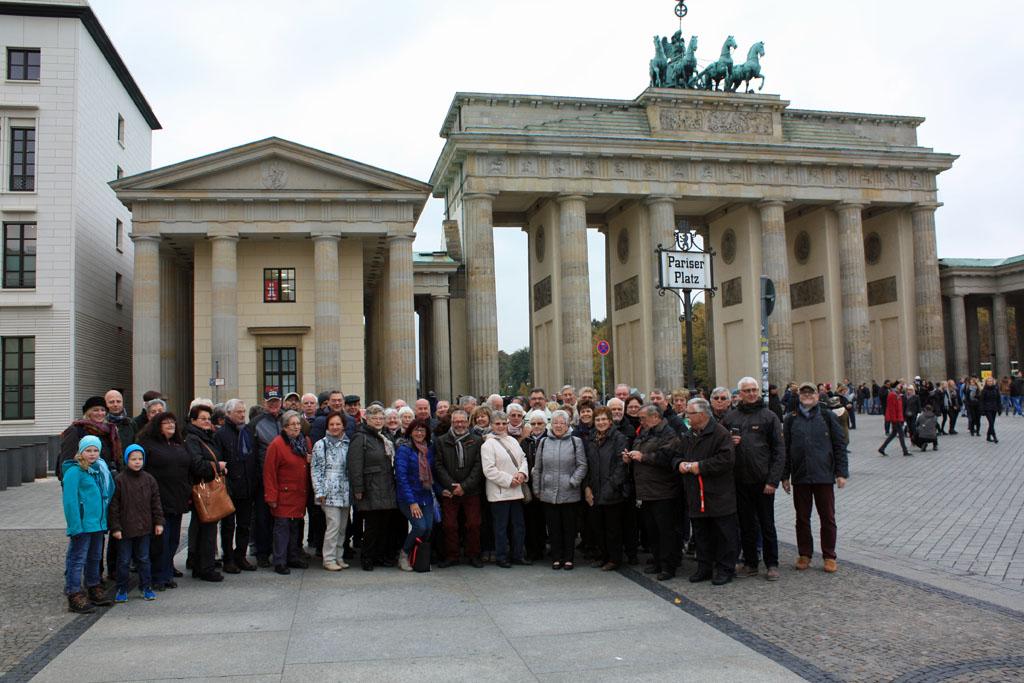 Der MGV Quartettverein 1930 Königshoven e. V. als Reisegruppe vor dem Brandenburger Tor in Berlin.