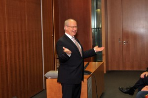 Dr. Georg Kippels, MdB begrüßte den Königshovener Quartettverein und freute sich über den Besuch aus seiner Heimat Bedburg.