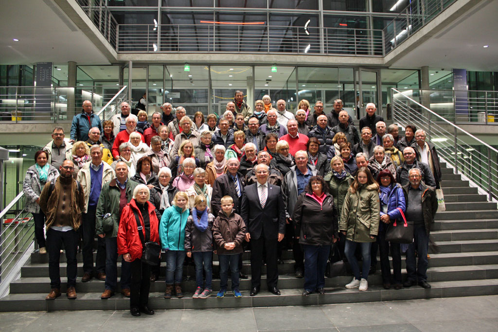 Gruppenfoto mit Dr. Georg Kippels, MdB, im Haupteingangsbereich des Paul-Löbe-Haus.