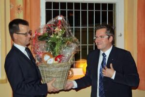 Bedburgs Bürgermeister Sascha Solbach (rechts) überreichte das Geschenk der Stadt Bedburg an Bengt Kanzler, Bürgermeister von Vetschau.