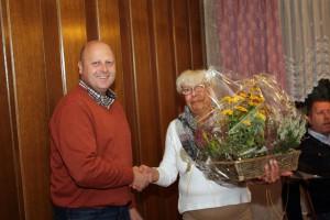 Manfred Speuser bedankt sich bei Tine Düster für ihre Unterstützung und den Verzicht auf ihren Ehemann Willibert, der durch die Reiseplanungen im Vorfeld sehr beschäftigt war.