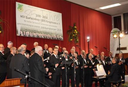 Sichtlich viel Freude hatten die knapp 40 Sänger des Königshovener Quartettvereins mit Star-Gast Norbert Conrads (Mitte) unter der musikalischen Gesamtleitung von Sergio Ruetsch. [Fotos: Bastian Schlößer]