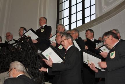 Auf der Marmortreppe in einem Gebäudeteil des Schlosses Dyck präsentierte der Königshovener Quartettverein weihnachtliche Lieder. [Fotos: Bastian Schlößer]
