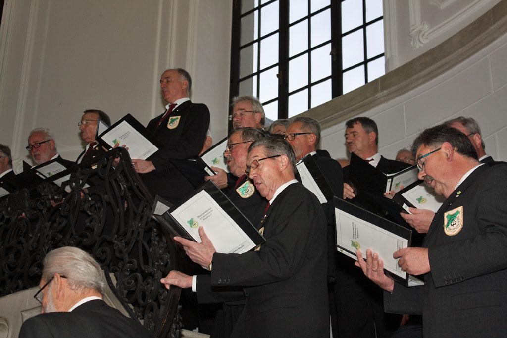 Auf der Marmortreppe in Schloss Dyck präsentierte der Königshovener Quartettverein weihnachtliche Lieder. [Fotos: Bastian Schlößer]