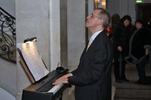 Auch für Chorleiter Sergio A. Ruetsch war es Premiere, den Chor auf der Treppe zu dirigieren.