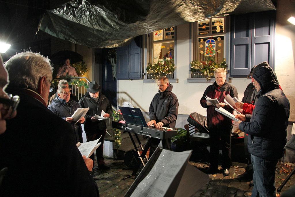 Der Quartettverein öffnet mit weihnachtlichen Liedbeiträgen das Türchen zum 11. Dezember. [Fotos: Birgit Speuser]
