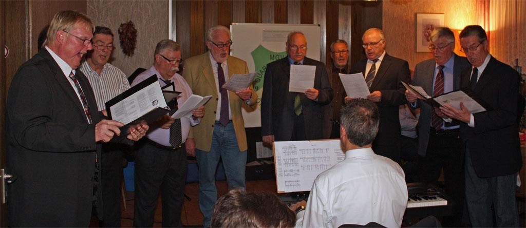 Eine kleine Chorformation hatte in Sonderproben einige weihnachtliche Liedbeiträge mit Chorleiter Sergio Ruetsch einstudiert.