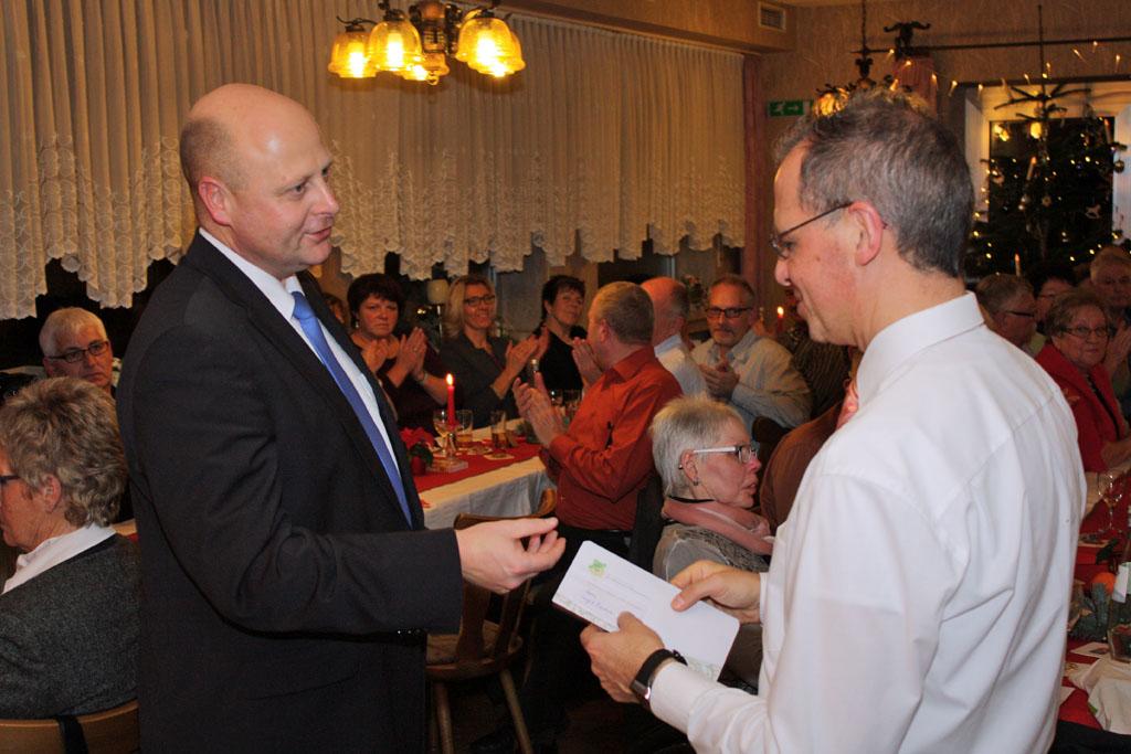 1. Vorsitzender Manfred Speuser bedankte sich bei Chorleiter Sergio Ruetsch, der zum 31.12.2015 den Königshovener MGV verlassen wird.