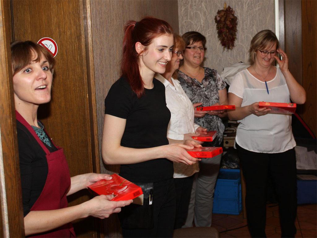 """Das Service-Team des Hotels """"Zum Casino"""" Maaßen, mit Chefin Renate Maaßen (2. v. r.), wurde ebenfalls mit kleinen Geschenken bedacht."""