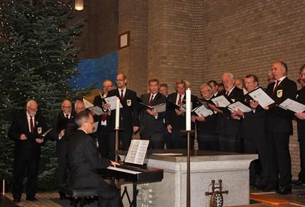MGV Quartettverein 1930 Königshoven e. V. während der weihnachtlichen Liedbeiträge mit Chorleiter Sergio Ruetsch [Fotos: Bastian Schlößer]