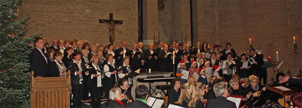 """Alle mitwirkenden Chöre und das Mandolinenorchester formierten sich zum großen Finale mit dem Bläck Fööss Titel """"Kott jot heim"""" auf der Bühne."""