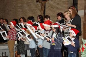 Die Kinder des Familienchors St. Peter sangen mit Weihnachtsmützen.
