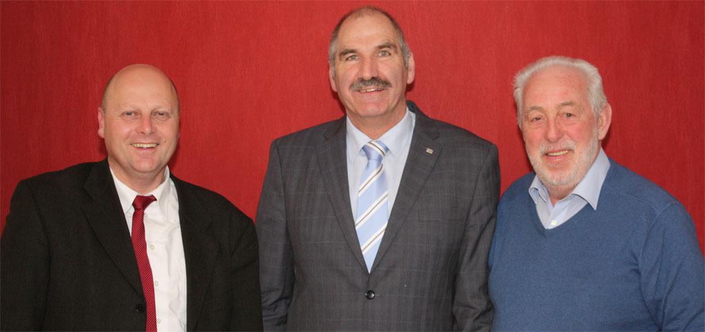 (v.l.n.r.) Manfred Speuser (MGV-Vorsitzender), Heinzbert Faßbender (Schirmherr) und Willibert Düster (MGV-Geschäftsführer) freuen sich über die gemeinsame Kooperation beim Herbstkonzert des Königshovener Quartettvereins. [Foto: Bastian Schlößer]