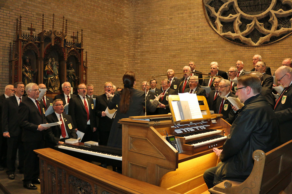 Der MGV Quartettverein 1930 Königshoven e. V. gestaltete unter dem Dirigat von Chorleiterin Daniela Bosenius die Heilige Messe mit Marcel Poetzat an der Orgel. (Fotos: Bastian Schlößer)