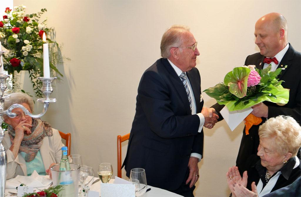 Vorsitzender Manfred Speuser überreichte dem Jubelpaar Maria und Theodor Schurf ein Blumengebinde und gratulierte herzlich im Namen des gesamten Chores zur Diamantenen Hochzeit.