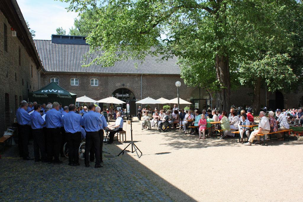 """Das """"Sommer Open-Air-Konzert"""" im historischen Innenhof auf Schloss Paffendorf erfreut sich seit den letzten Jahren immer größerer Beliebtheit. [Foto: Bastian Schlößer]"""