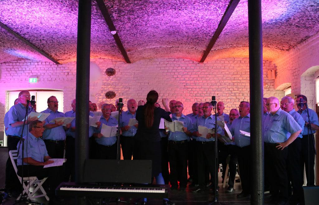"""Auch der MGV Quartettverein Königshoven ist für einen wohltägigen Zweck beim """"3. Tag der Bedburger Musik"""" aufgetreten."""