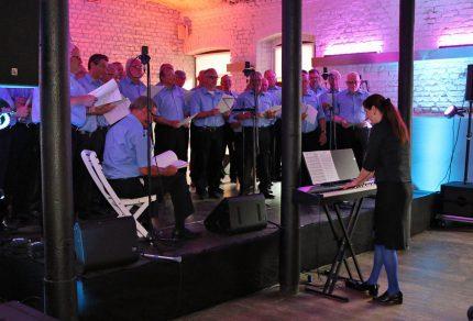 Passen zum Outfit der Königshovener Sänger, hat sich Chorleiterin Daniela Bosenius in ihrem Outfit mit blauer Strumpfhose ihren Jungs angepasst. [Fotos: Bastian Schlößer]