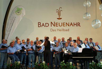 Mit einem fröhlich beschwingtem Repertoire hinterließ der Königshovener Quartettverein seine musikalische Visitenkarte beim Kurkonzert in Bad Neuenahr-Ahrweiler. [Fotos: Bastian Schlößer]