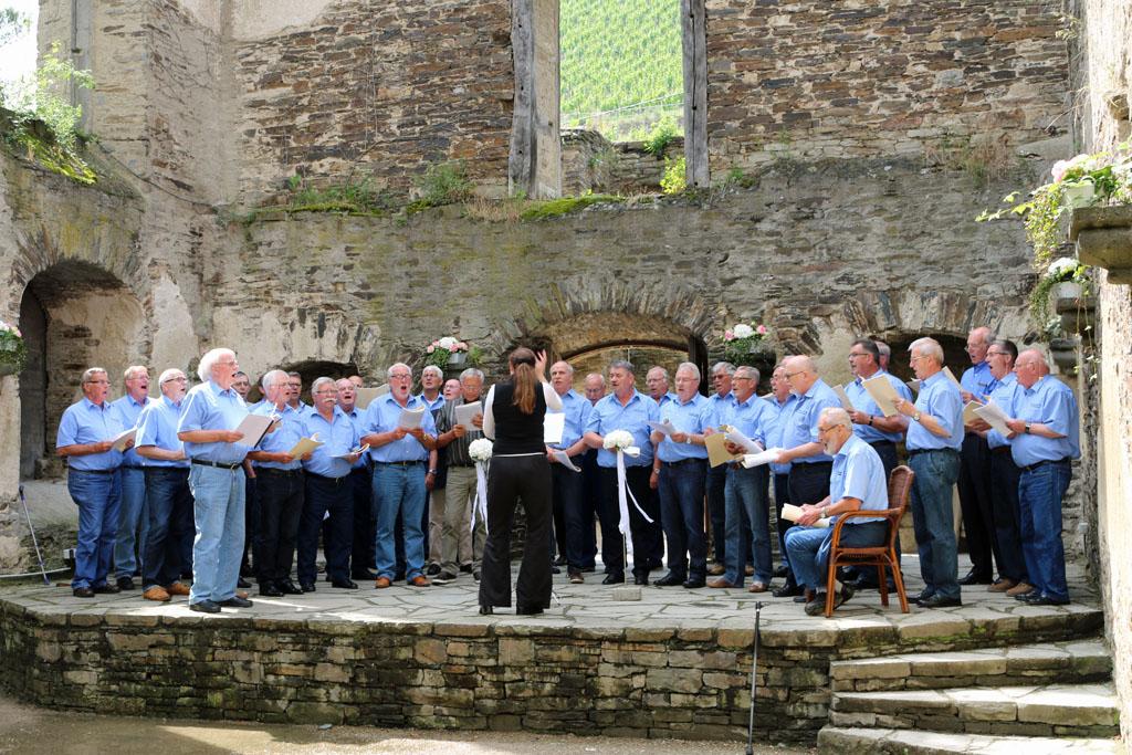 In der historischen Klosterruine des Weinguts Kloster Marienthal präsentierten die Königshovener Sänger noch weitere Liedbeiträge aus ihrem Repertoire.