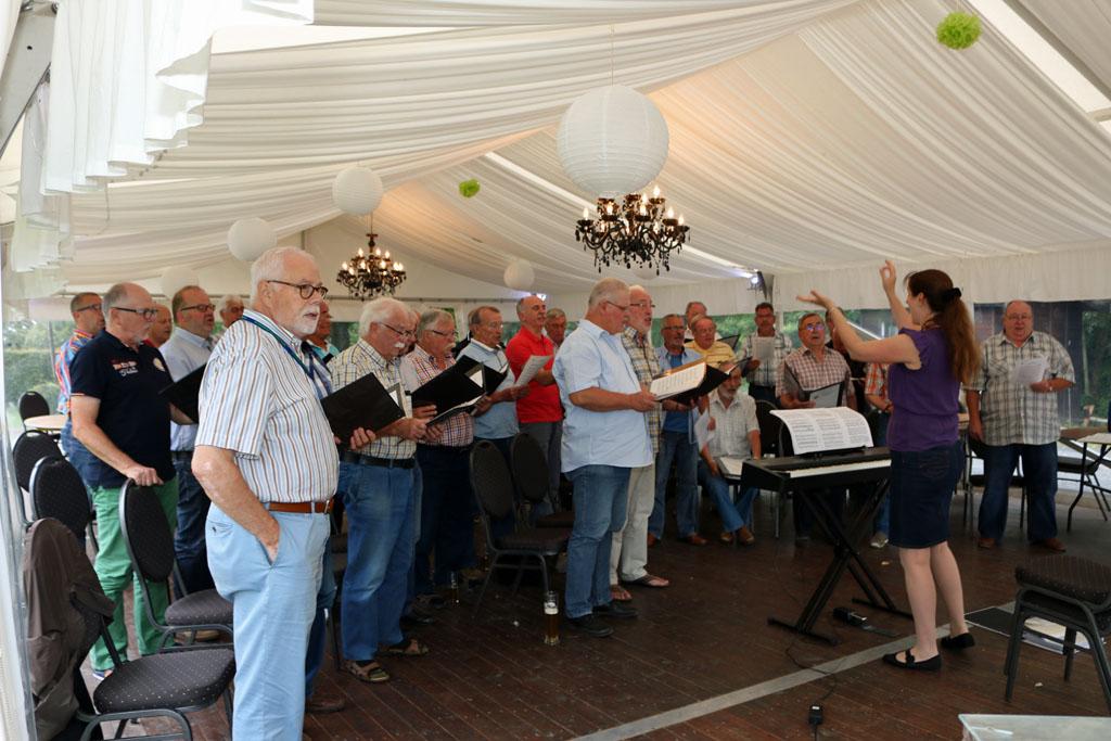 Der MGV Quartettverein Königshoven hatte zur ersten öffentlichen Chorprobe nach den Sommerferien eingeladen - diese Gelegenheit nutzte auch Schirmherr Heinzbert Faßbender. [Fotos: Bastian Schlößer]